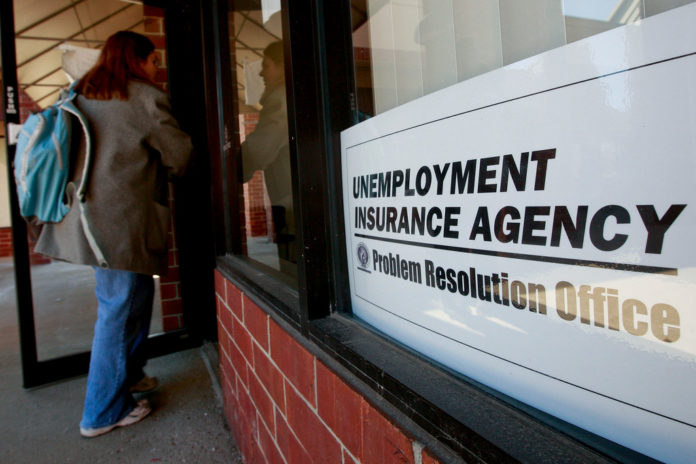 UNEMPLOYMENT CLAIMS IN THE U.S. unexpectedly rose by 4,000 last week, a sign improvement in the labor market remains uneven.  / BLOOMBERG FILE PHOTO/JEFF KOWALSKY