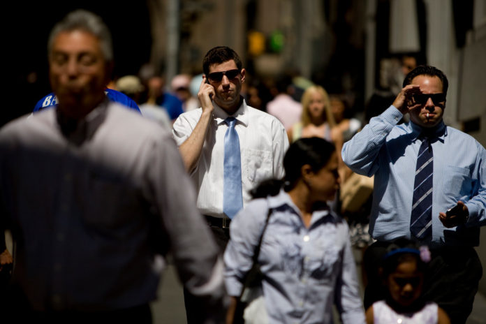 INVESTORS ARE SKEPTICAL that U.S. retail spending will exceed forecasts.  / BLOOMBERG FILE PHOTO/SCOTT EELLS