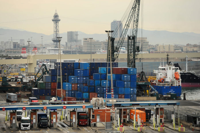 The U.S. trade deficit increased 13.3 percent in June, as Americans imported a record number of automobiles and more fuel. / BLOOMBERG FILE PHOTO/DAVID RAMOS