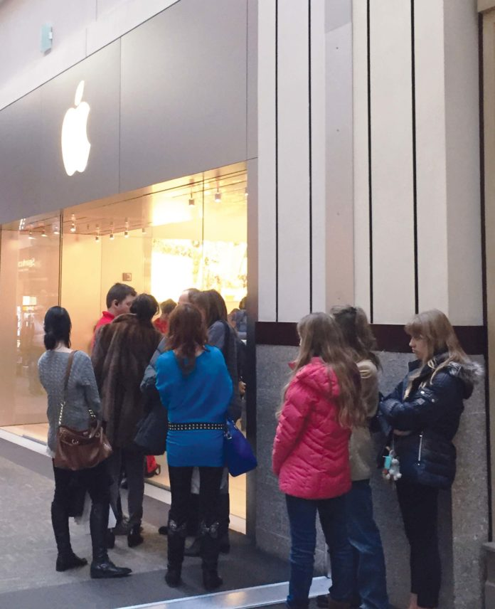 SHOPPERS LINE UP OUTSIDE THE Apple store at the Providence Place mall on Black Friday. / PBN PHOTO/ELI SHERMAN