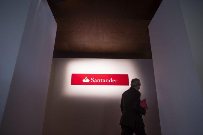 A LOGO for Banco Santander SA sits illuminated. / BLOOMBERG FILE PHOTO/ANGEL NAVARETE