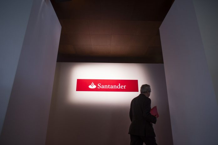 SANTANDER BANK raised its minimum wage to $15 in all of its U.S. branches and call centers. / BLOOMBERG FILE PHOTO/ANGEL NAVARRETE