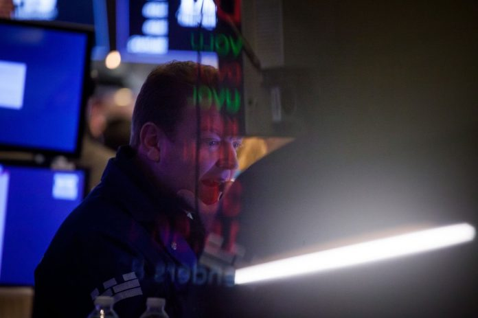 U.S. STOCKS plunged on concern that rising interest rates will drag down economic growth. / BLOOMBERG FILE PHOTO/MICHAEL NAGLE
