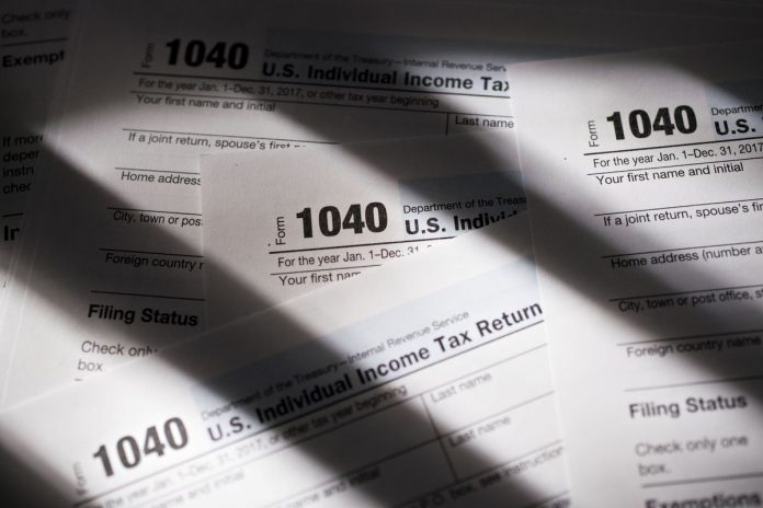 THE IRS FILING SYSTEM was experiencing technical malfunctions on the final day for Americans to file taxes. / BLOOMBERG FILE PHOTO/DANIEL ACKER