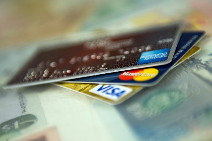 CREDIT CARD USE and serious delinquencies both rose in the first quarter of 2018 compared with Q1 2017, according to TransUnion's Q1 2018 Industry Insights Report. / BLOOMBERG FILE PHOTO/DAVID PAUL MORRIS