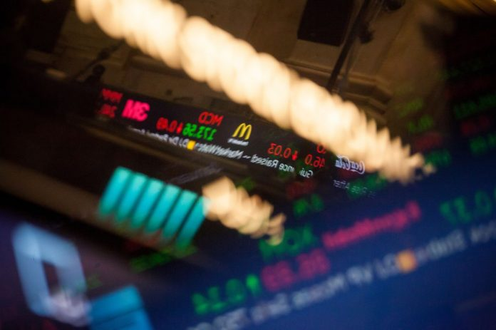S&P 500 COMPANIES reported record dividend payouts of $124 billion in the second quarter. / BLOOMBERG FILE PHOTO/MICHAEL NAGLE
