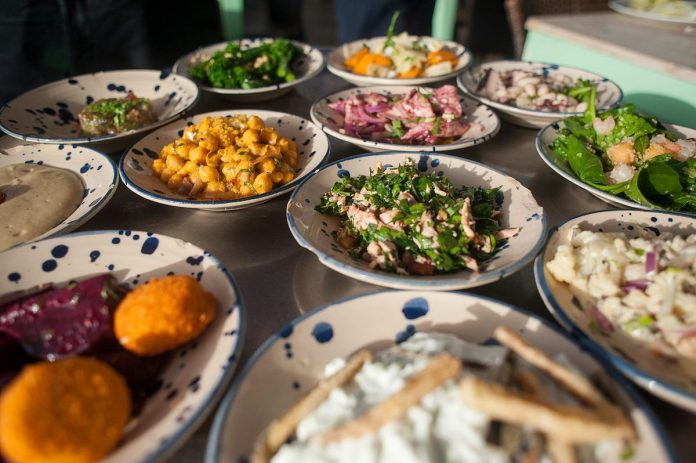 THE IRS ISSUED guidance that companies can still deduct 50 percent of meals while entertaining clients and customers. Tax professionals had been unsure as to whether the deductions were still valid after the passage of the 2017 Tax Cuts and Jobs Act. / BLOOMBERG NEWS FILE PHOTO/GERALDINE HOPE GHELLI