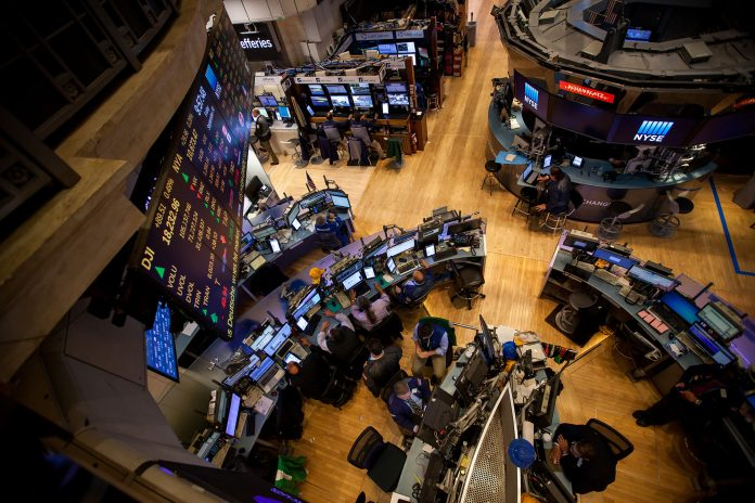 TRADERS WORK ON THE FLOOR of the New York Stock Exchange in New York. / BLOOMBERG NEWS PHOTO/MICHAEL NAGLE
