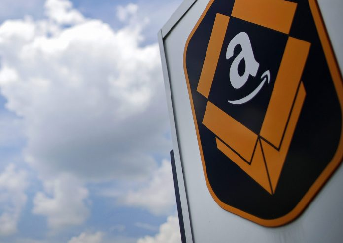 AMAZON.COM is eliminating monthly bonuses and stock awards for warehouse workers and other hourly employees after the company pledged this week to raise pay to at least $15 an hour. / BLOOMBERG NEWS FILE PHOTO/JIM YOUNG