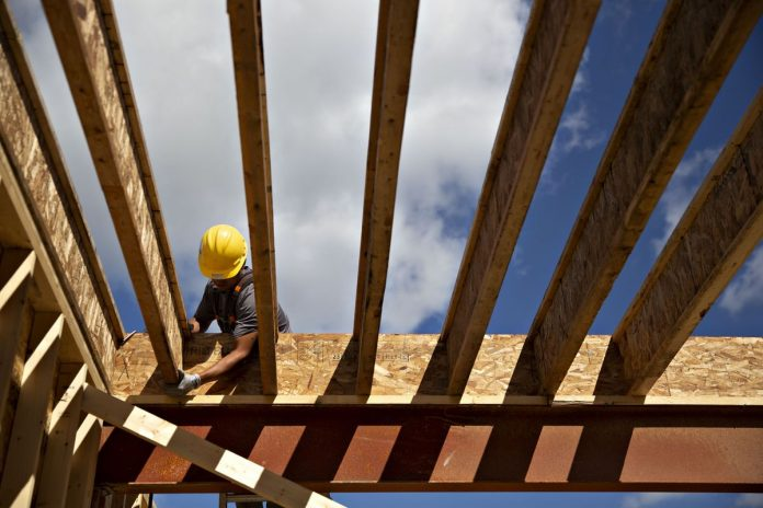 CONFIDENCE AMONG U.S. homebuilders plummeted in November by the most since 2014. / BLOOMBERG NEWS FILE PHOTO/DANIEL ACKER