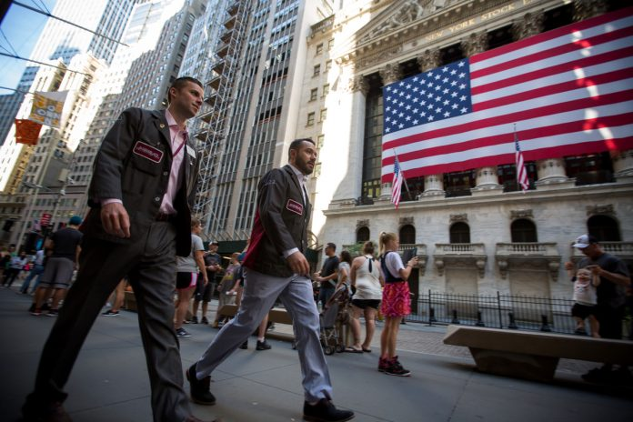 FEDS SOFTEN: The S&P 500 Index gained 2.3 percent as of 4 p.m. New York time, the biggest three-day gain since June after a dovish tone from the Federal Reserve chairman fueled speculation the central bank is closer than thought to pausing on rate hikes. The Nasdaq 100 rose 3.2 percent and the Dow added 2.5 percent Wednesday. / BLOOMBERG FILE PHOTO/MICHAEL NAGLE