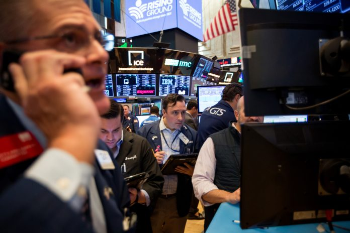 STOCKS RALLIED MONDAY after the United States and China declared a truce in their trade war, while the dollar weakened and oil gained. / BLOOMBERG NEWS FILE PHOTO/MICHAEL NAGLE
