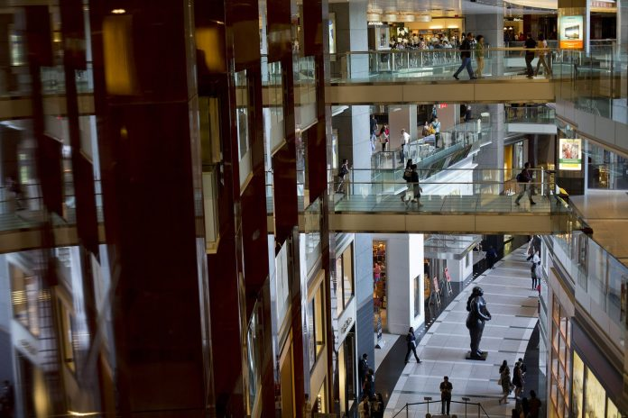 THE U.S. CONSUMER confidence index decreased from 136.4 to 128.1 in December. / BLOOMBERG NEWS FILE PHOTO/VICTOR J. BLUE