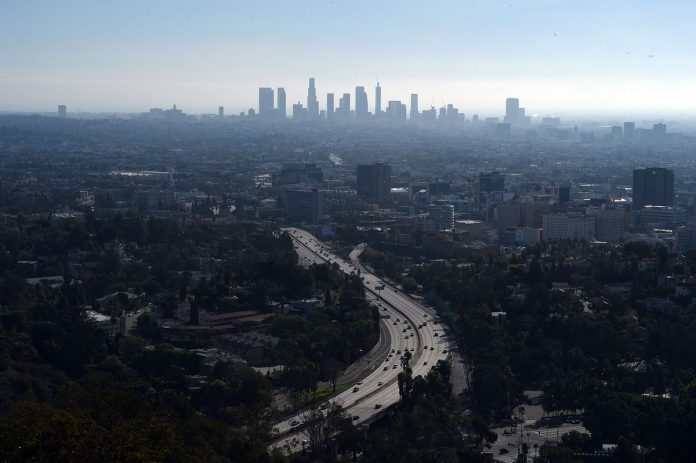 OVERALL POLLUTION in the U.S. increased 3.4 percent year over year in 2018, the second-biggest year-over-year increase in the past 20 years. / BLOOMBERG NEWS FILE PHOTO/ROBYN BECK
