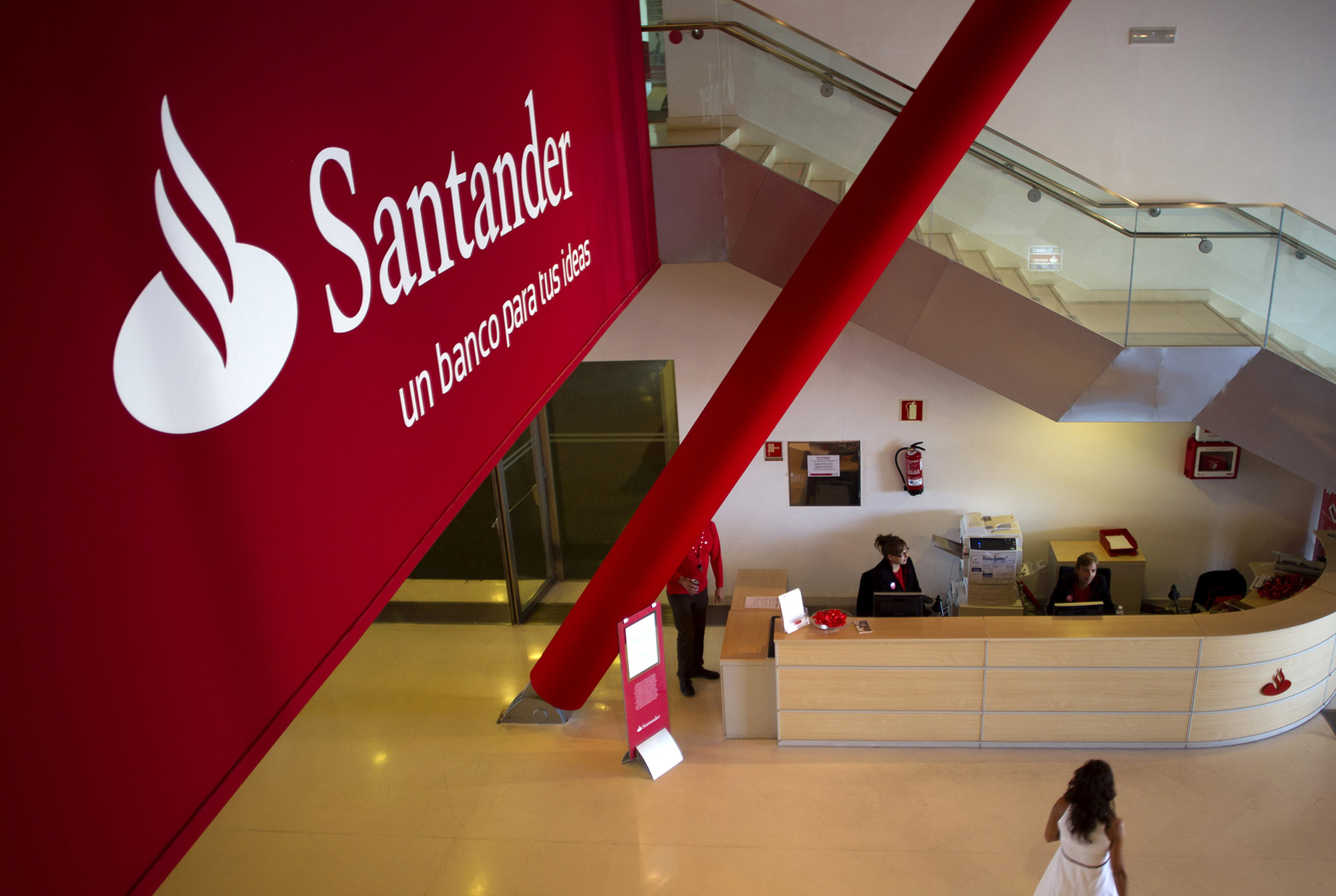 Santander, unions reach agreement on 3223 job cuts in Spain