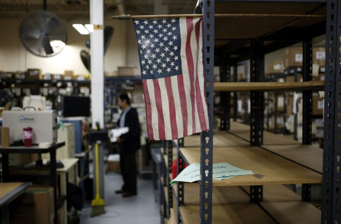 A SURVEY FOUND THAT 26% of U.S. small-business owners plan to increase pay in coming months . / BLOOMBERG NEWS FILE PHOTO/LUKE SHARRETT